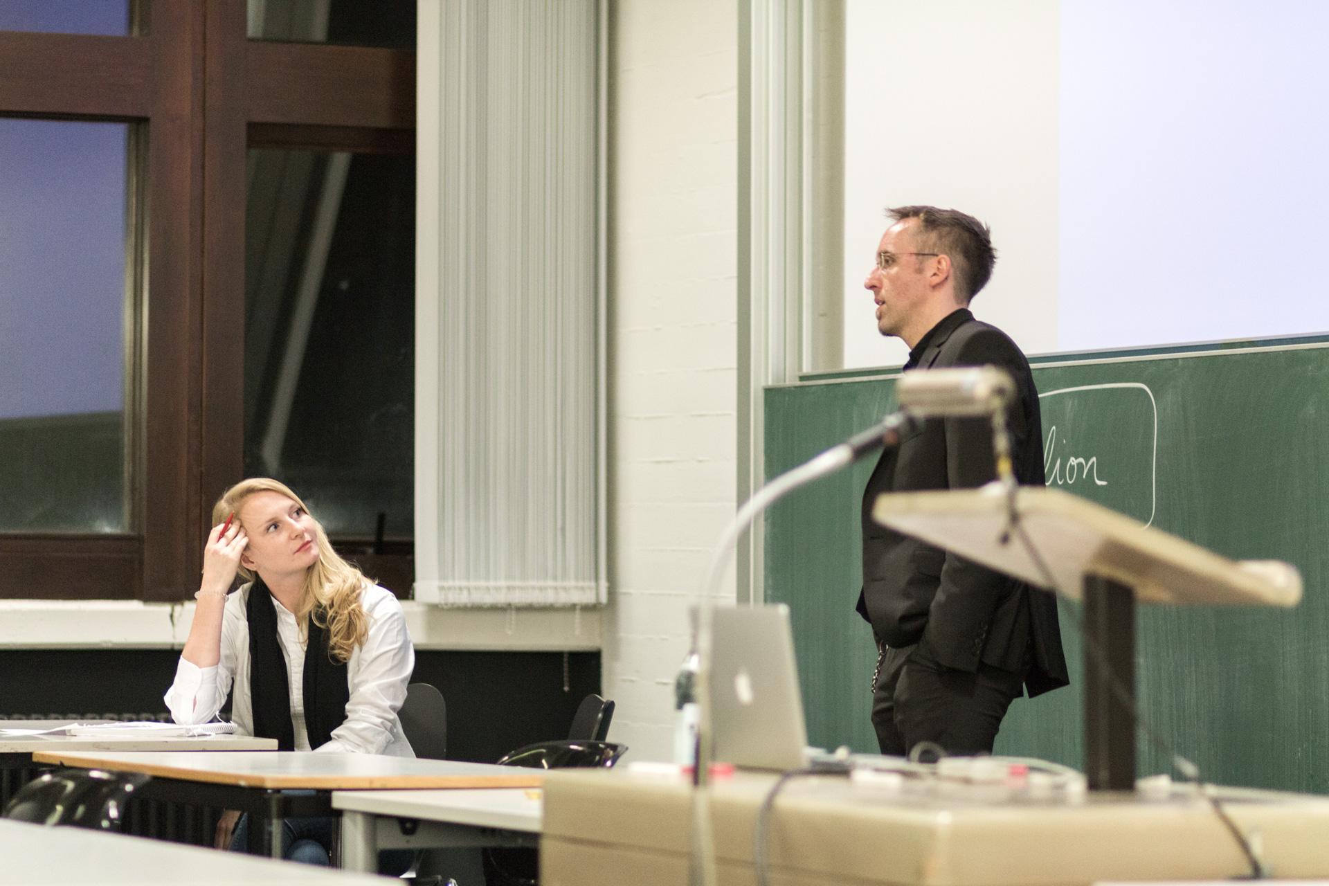 Im Anschluss an den Vortrag von Sven Adam konnten unter der Moderation von Veronika Maria Apfl noch Fragen gestellt werden.