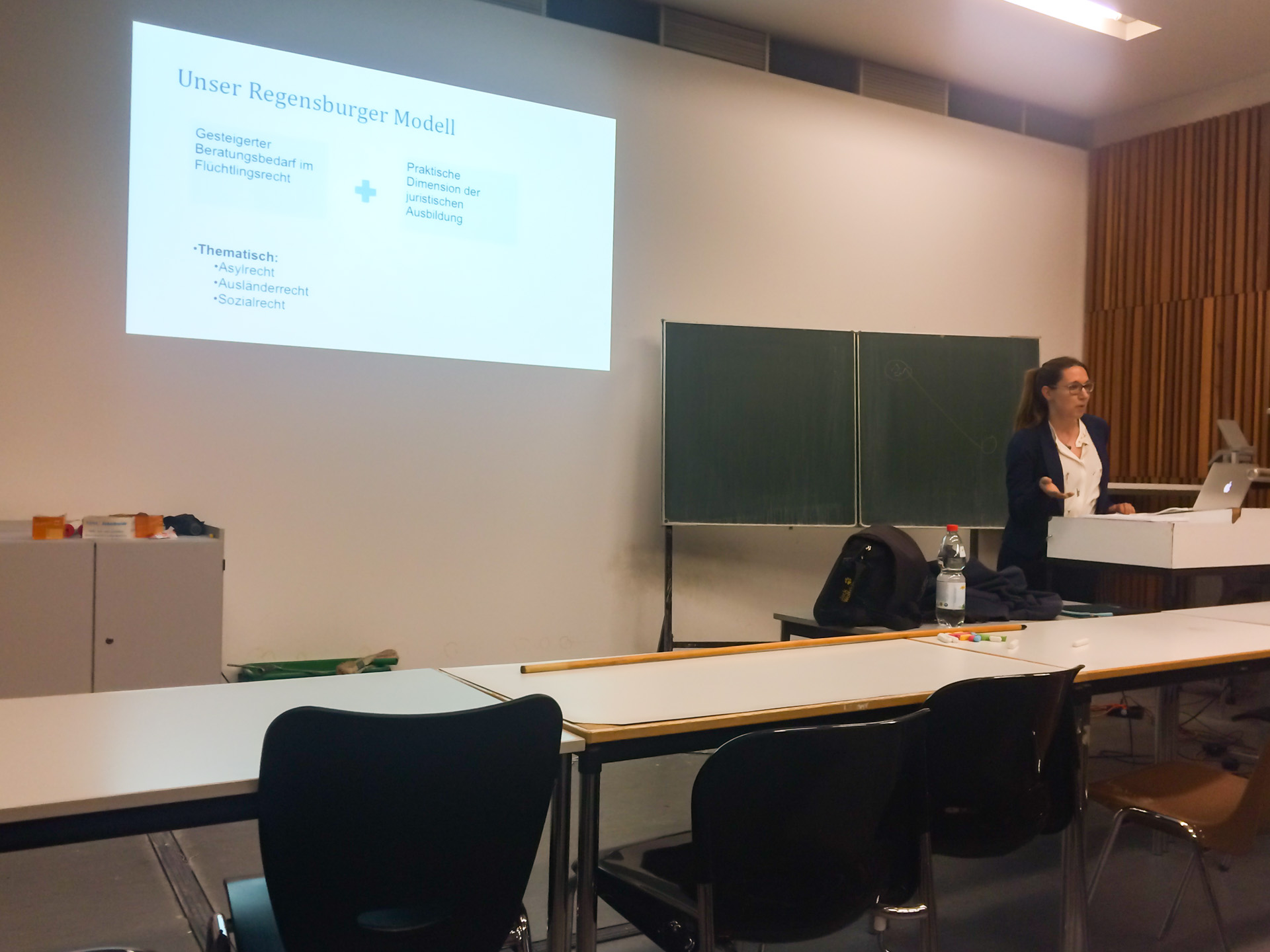 Vorstandsmitglied Larissa Borkowski erklärt die Organisation der RLC Regensburg. (Foto: Rebekka Miller)