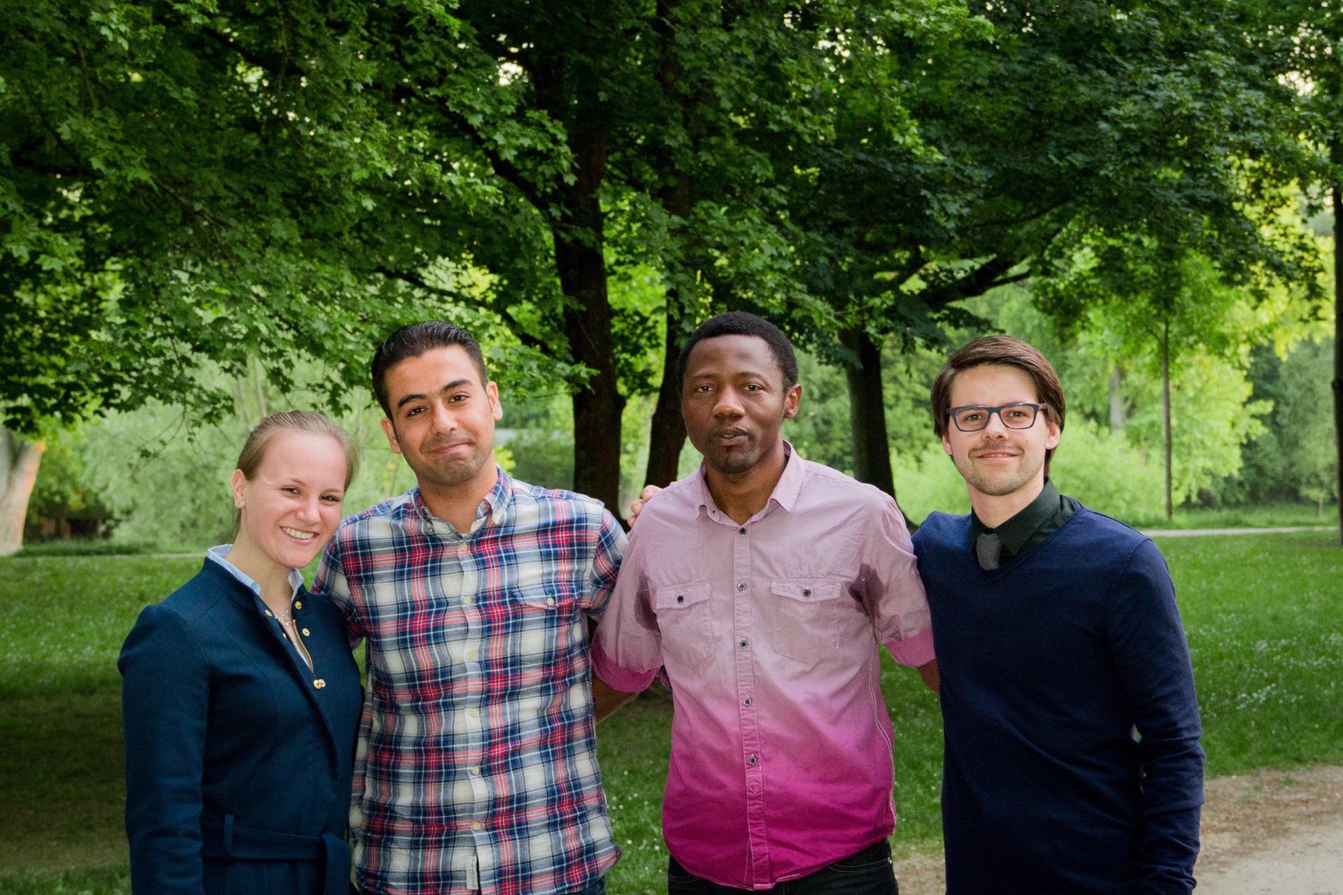 Stefanie Seebauer (l) und Bastian Winter (r) schafften es, mit Ameen Nasir (2.v.l.) und Ansumane Famah (2.v.r.) KinoAsyl nach Regensburg zu holen. (Foto: Anna Baumer)