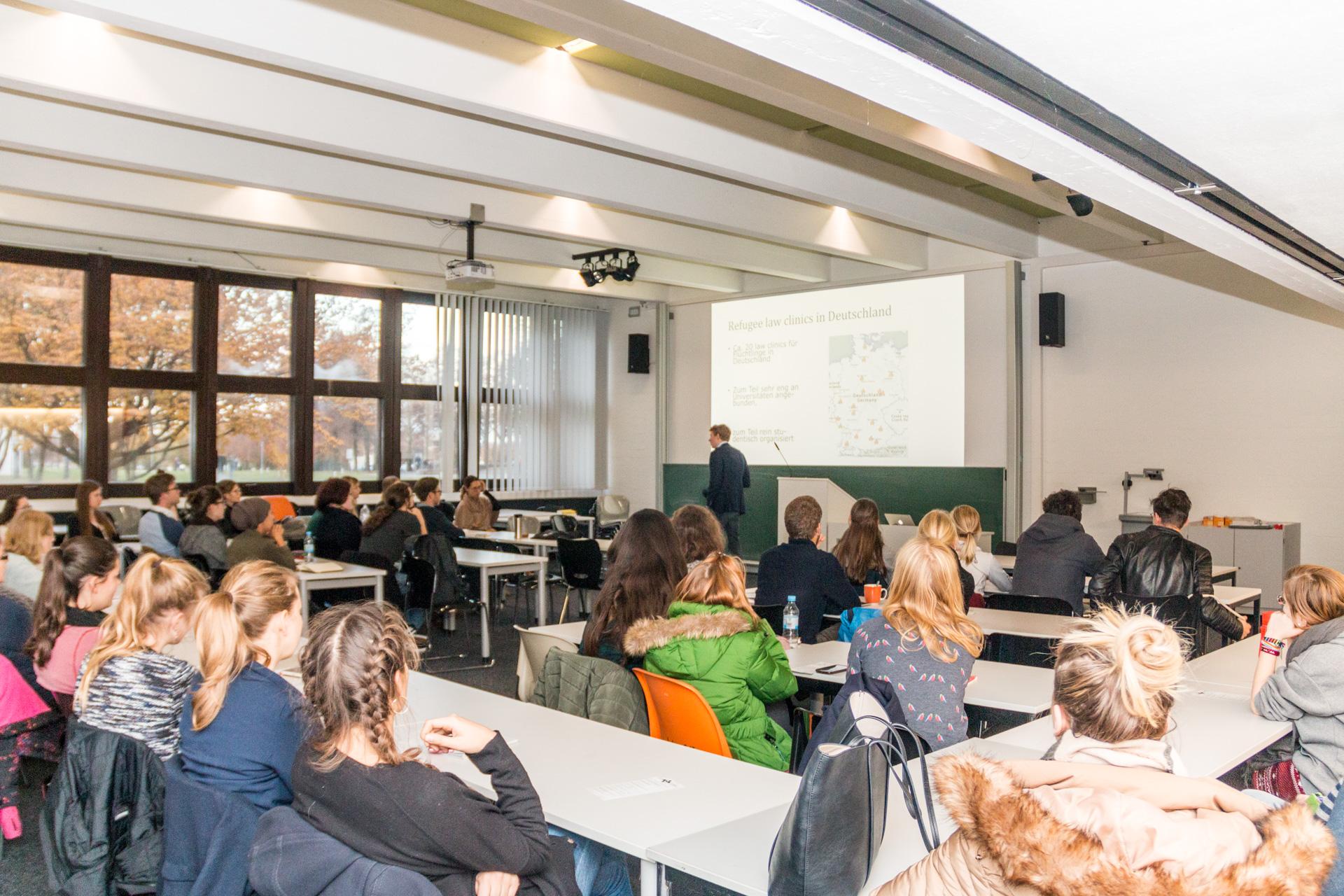 Knapp 50 Studierende besuchten die Einführungsveranstaltung im Wintersemester 2016/17. (Foto: Bastian Winter)
