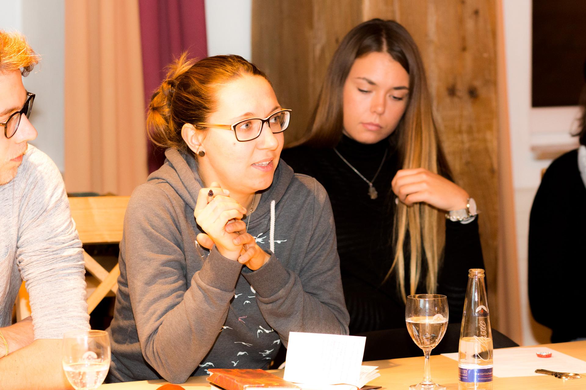 Im Anschluss an den Jahresrückblick durch den Leitungsrat wurde angeregt diskutiert. (Foto: Bastian Winter)